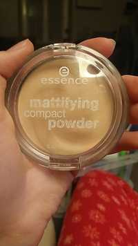 Essence - Mattifying compact powder 11 paste beige