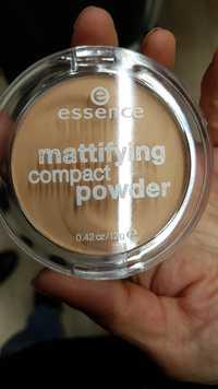 ESSENCE - Mattifying compact powder 04 perfect beige
