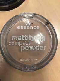 Essence - Mattifying compact powder 02 soft beige